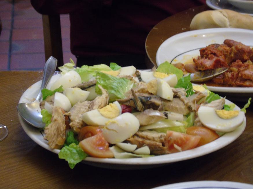 La ensalada de huevo y escabeche de verdel es la base de esa tradición.